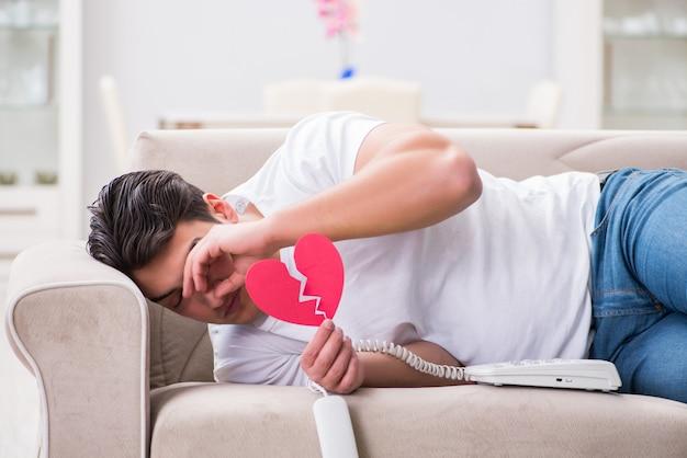 Giovane nel concetto triste del biglietto di s. valentino