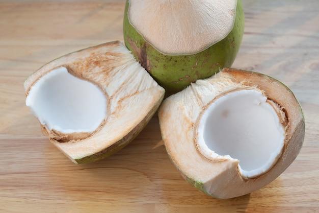 Giovane noce di cocco sul tavolo di legno.