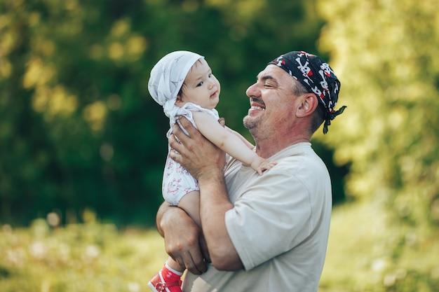Giovane nonno che gioca con adorabile bambina