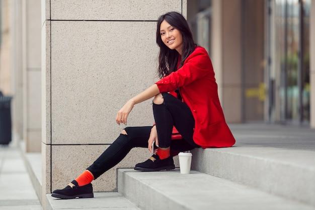 Giovane operaio della donna asiatica