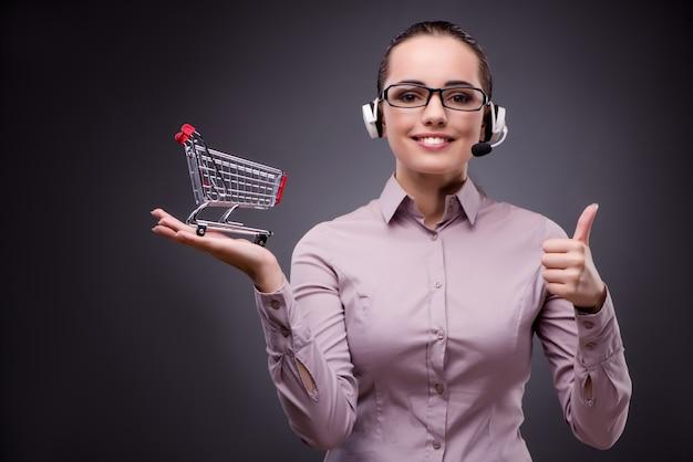 Giovane operatore di vendita nel concetto di teleshopping di televendite