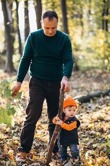 Giovane padre con figlio piccolo nel parco
