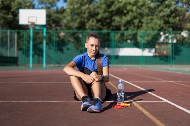 Giovane pausa sportiva dopo l'allenamento