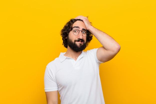 Giovane pazzo in preda al panico per una scadenza dimenticata, sentendosi stressato, deve nascondere un disordine o un errore