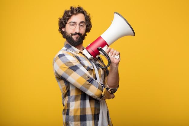 Giovane pazzo pazzo pazzo posa con un megafono. annuncio co