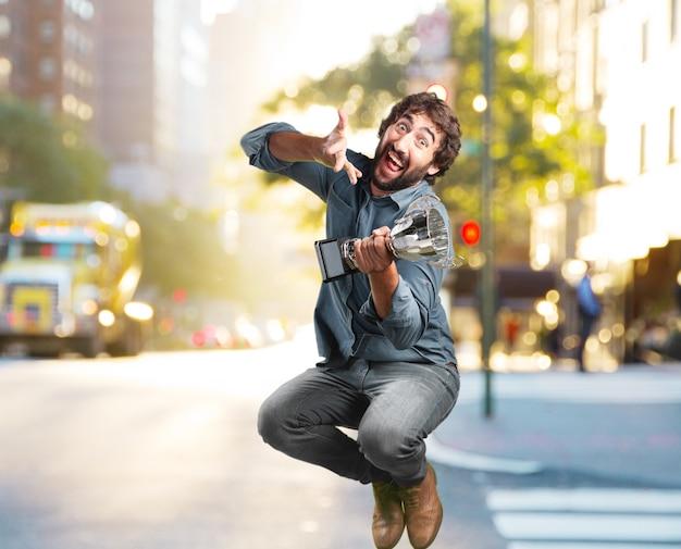 Giovane pazzo salto. felice espressione
