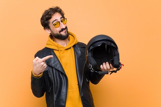Giovane pazzo uomo freddo, in possesso di un casco da motociclista.