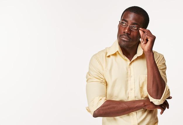 Giovane pensiero uomo nero africano