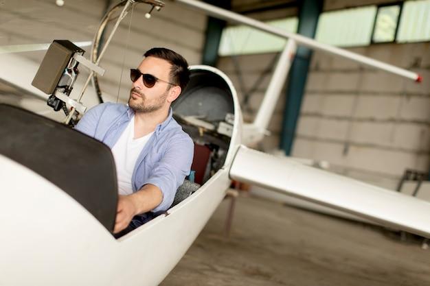 Giovane pilota che controlla l'aeroplano ultraleggero prima del volo
