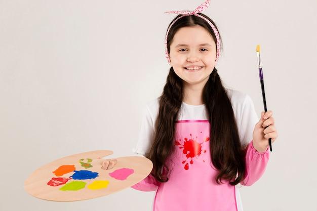 Giovane pittore che tiene il pennello