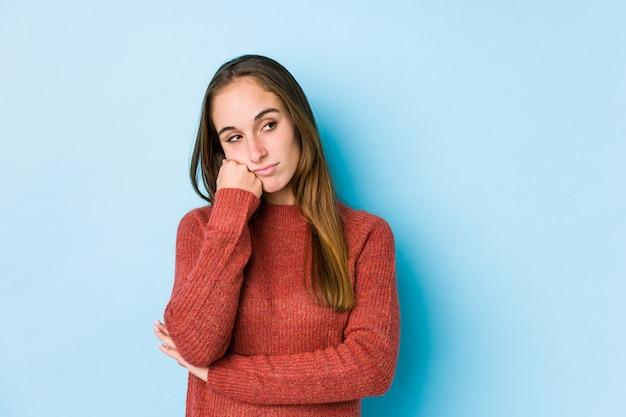 Giovane posa caucasica della donna isolata che si sente triste e pensieroso, esaminando lo spazio della copia.