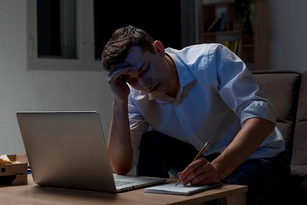 Giovane professionista che lavora di notte