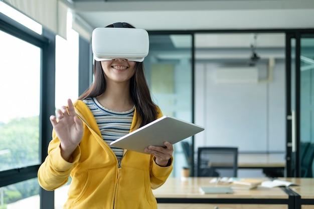 Giovane programmatore con occhiali per realtà virtuale per testare applicazioni 3d.