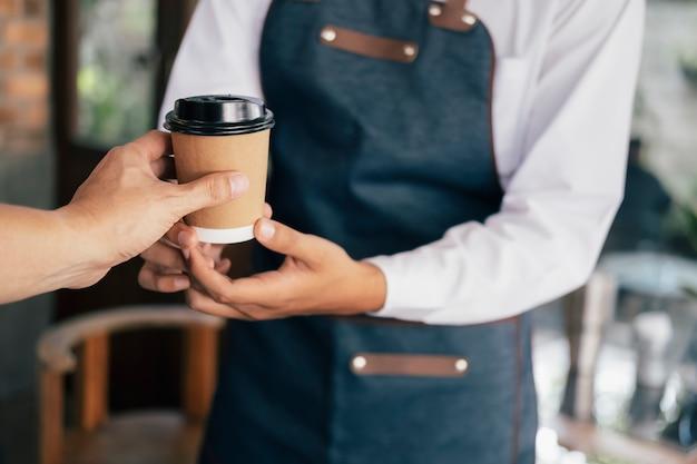 Giovane proprietario del servizio clienti caffetteria.