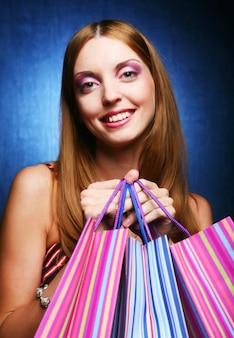 Giovane ragazza adulta con sacchetti colorati