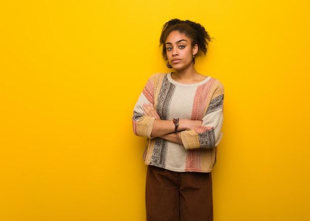 Giovane ragazza afroamericana nera con gli occhi azzurri che guardano avanti diritto