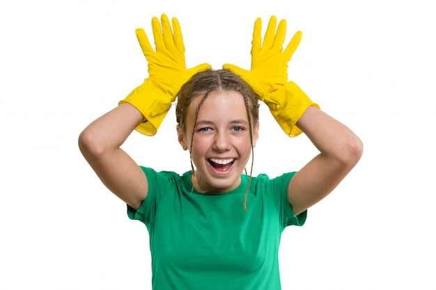 Giovane ragazza allegra sorridente in guanti protettivi di gomma gialla