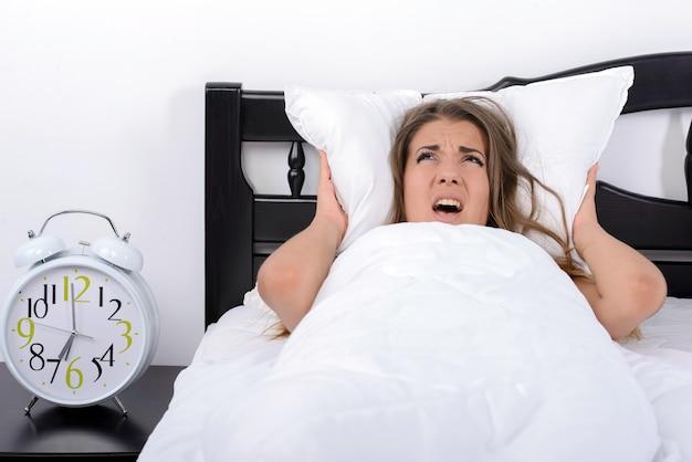 Giovane ragazza arrabbiata che si è svegliata molto presto.