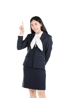 Giovane ragazza asiatica che pensa e che indica verso l'alto mentre sorridendo.