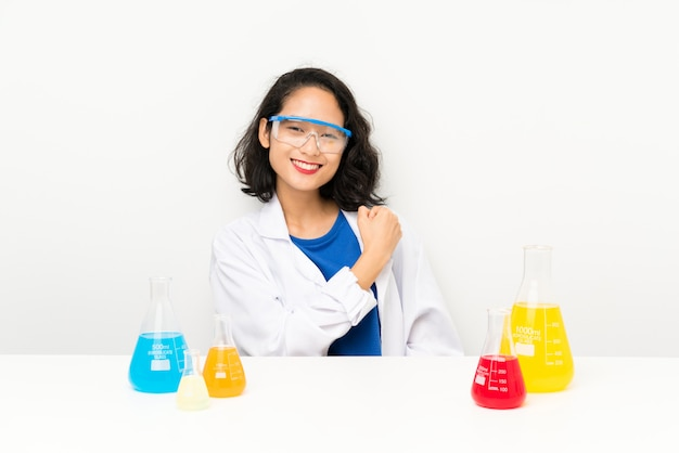 Giovane ragazza asiatica scientifica che celebra una vittoria