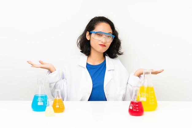 Giovane ragazza asiatica scientifica che ha dubbi con l'espressione confusa del fronte