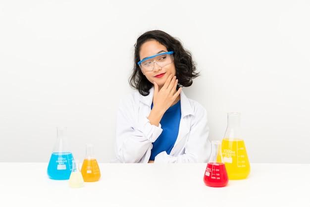 Giovane ragazza asiatica scientifica che pensa un'idea