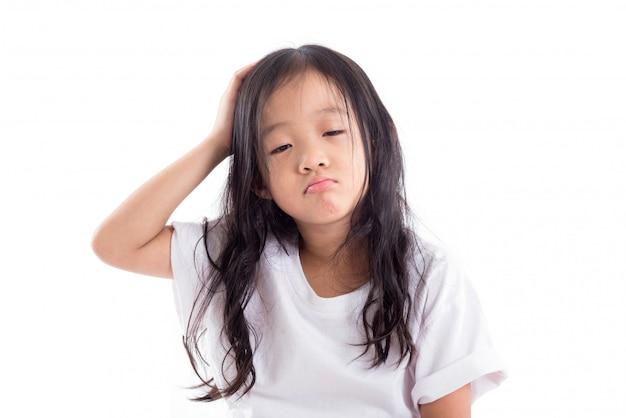 Giovane ragazza assonnata asiatica isolata sopra priorità bassa bianca