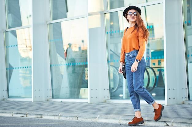 Giovane ragazza attraente alla moda