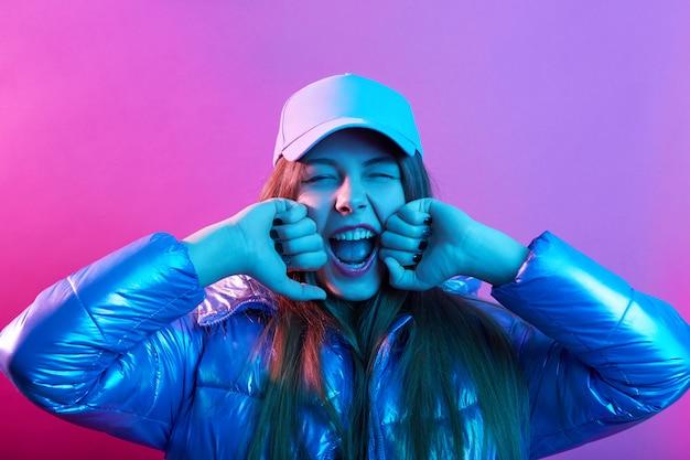 Giovane ragazza attraente in berretto da baseball e giacca