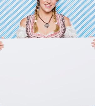 Giovane ragazza bavarese in costume tradizionale