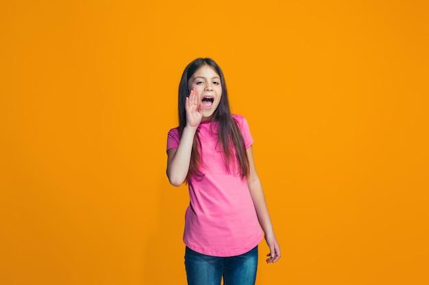 Giovane ragazza casuale che grida allo studio