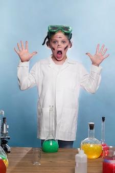 Giovane ragazza con camice da laboratorio