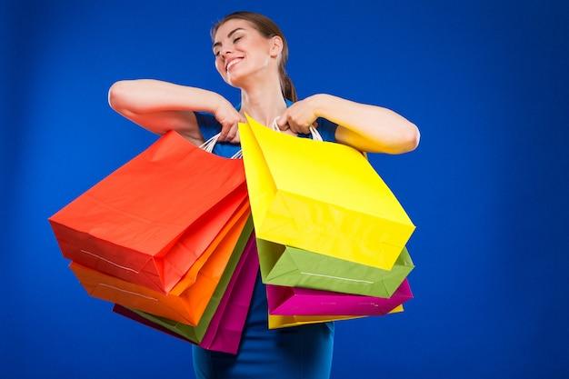 Giovane ragazza con pacchetti