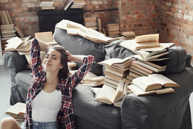 Giovane ragazza dell'adolescente che legge un libro a casa