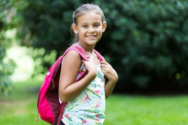 Giovane ragazza della scuola al parco