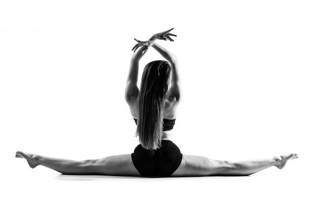 Giovane ragazza di ballo sopra bianco isolato