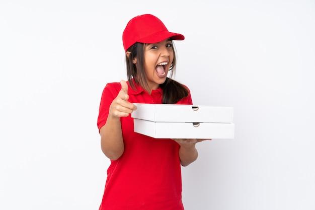 Giovane ragazza di consegna della pizza sopra la parete bianca isolata che indica la parte anteriore e sorridere