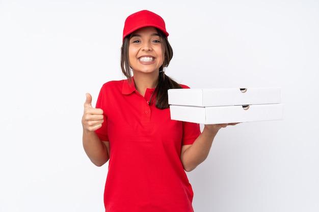 Giovane ragazza di consegna della pizza sopra la parete bianca isolata che mostra segno e pollice giusti sul gesto