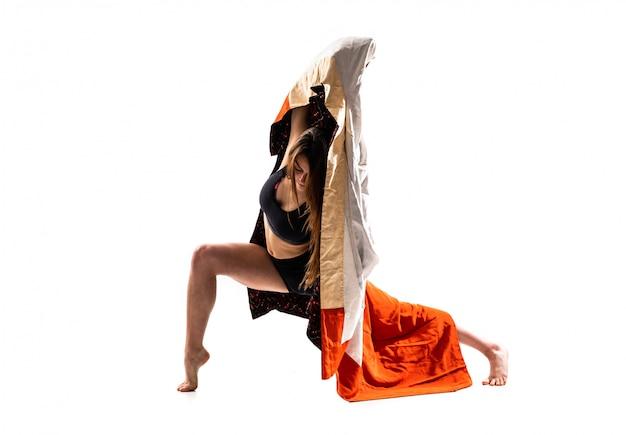 Giovane ragazza di danza con kimono