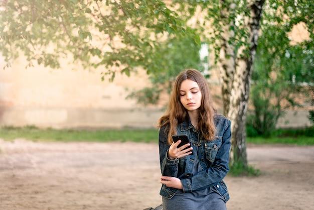 Giovane ragazza femminile con lo smartphone