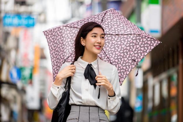 Giovane ragazza giapponese all'aperto