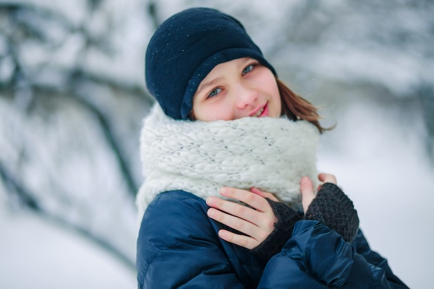 Giovane ragazza in una lunga sciarpa bianca