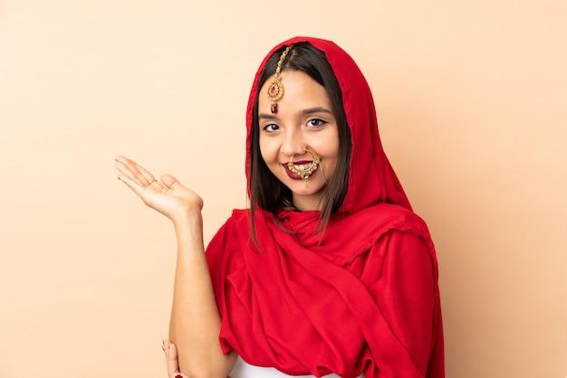Giovane ragazza indiana sul muro