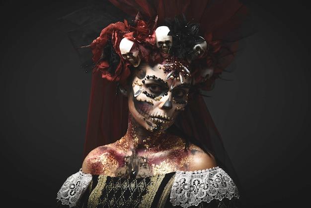 Giovane ragazza nell'immagine di santa muerte