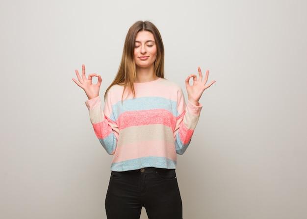 Giovane ragazza russa che esegue yoga