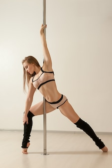 Giovane ragazza sexy poledance posa in lingerie