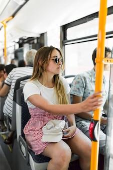 Giovane ragazza sul bus