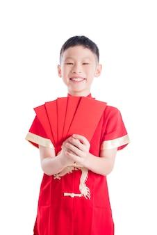 Giovane ragazzo asiatico che sorride mentre tenendo pacchetto rosso