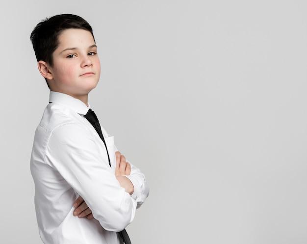 Giovane ragazzo bello che posa come impiegato