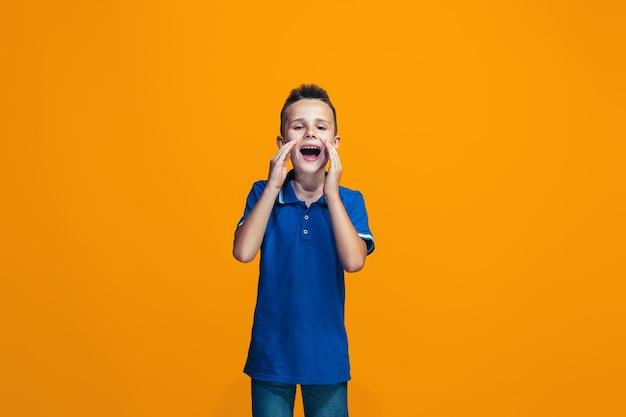 Giovane ragazzo casual gridando